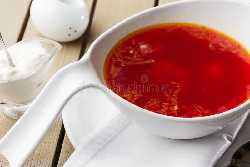 Τοπ άποψη Borscht, ουκρανική ξινή σούπα κουζίνας, με το κρέας, πατάτα, παντζάρια r στοκ φωτογραφίες