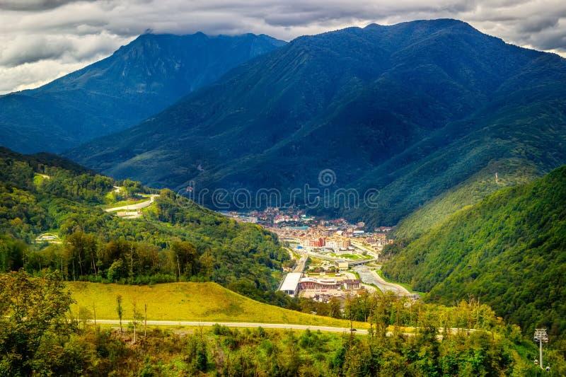 Τοπ άποψη Krasnaya Polyana Sochi Καύκασου χιονοδρομικών κέντρων της Rosa Khutor στοκ εικόνες