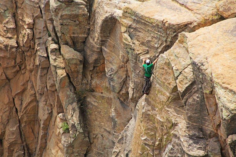 Τοπ αναρρίχηση βράχου ατόμων ένα Hoodoo στην Αριζόνα στοκ εικόνα