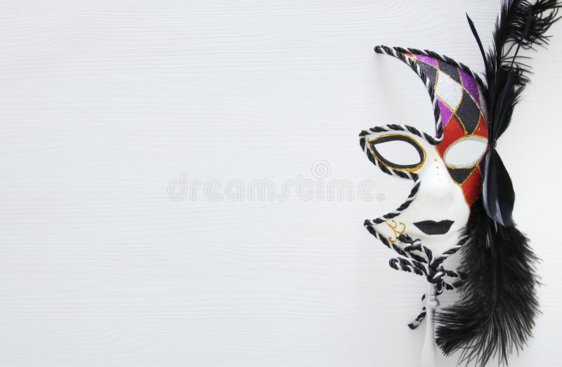 Τοπ εικόνα άποψης της δραματικής ενετικής μάσκας μεταμφιέσεων πέρα από το άσπρο υπόβαθρο Επίπεδος βάλτε στοκ φωτογραφία με δικαίωμα ελεύθερης χρήσης