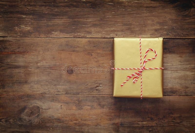 Τοπ εικόνα άποψης του χειροποίητου κιβωτίου δώρων στοκ εικόνα