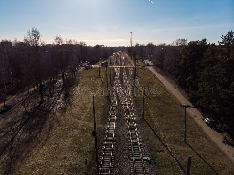 Τοπ εναέρια άποψη μερικών διαδρομών railraod - απομονωμένος σύσταση πυροβολισμός του σιδηροδρόμου στοκ εικόνες