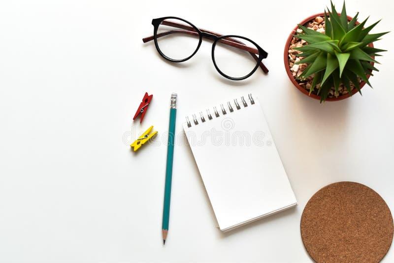 Τοπ επιτραπέζιο γραφείο άποψης στην αρχή με το διάστημα αντιγράφων, επιχειρησιακές σημειώσεις ιδεών έννοιας νέες στοκ εικόνες με δικαίωμα ελεύθερης χρήσης