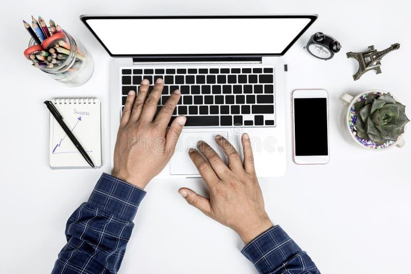 Τοπ επιχειρηματίας άποψης που εργάζεται με τις σύγχρονες συσκευές, χέρι ατόμων στο πληκτρολόγιο lap-top με το κενό χέρι ατόμων ορ στοκ φωτογραφίες