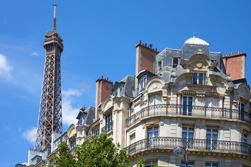 Τοπ και χαρακτηριστικό κτήριο πύργων του Άιφελ στο Παρίσι με το μπαλκόνι σε μια ηλιόλουστη ημέρα, σαφής μπλε ουρανός στοκ εικόνες