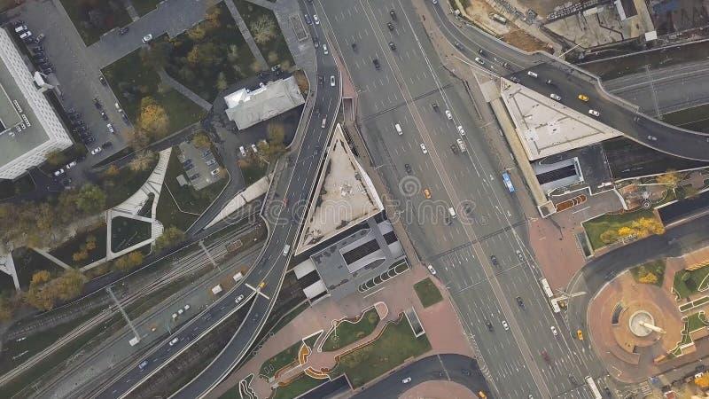 Τοπ κυκλοφορία πόλεων άποψης της εθνικής οδού, διοικητικές μέριμνες συνδετήρας Εναέρια τοπ άποψη της οδικής σύνδεσης άνωθεν, αυτο στοκ εικόνες