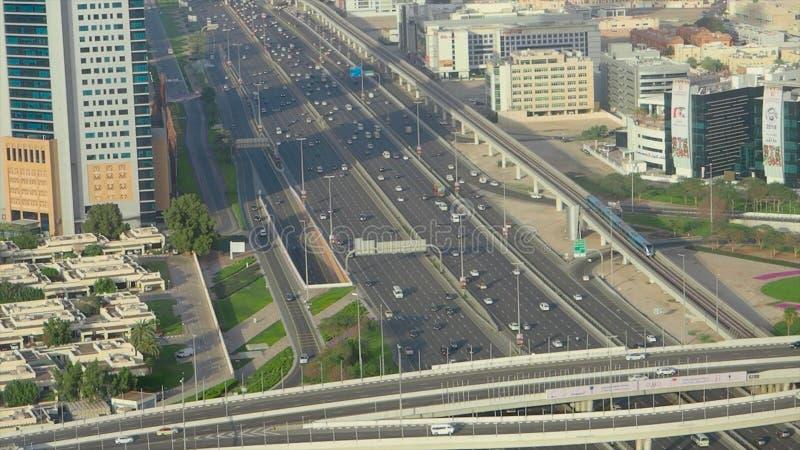 Τοπ κυκλοφορία πόλεων άποψης της εθνικής οδού και της γέφυρας απόθεμα Τοπ άποψη της εθνικής οδού με τα αυτοκίνητα στο Ντουμπάι στοκ φωτογραφία με δικαίωμα ελεύθερης χρήσης