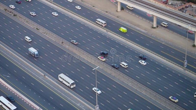 Τοπ κυκλοφορία πόλεων άποψης της εθνικής οδού και της γέφυρας απόθεμα Τοπ άποψη της εθνικής οδού με τα αυτοκίνητα στο Ντουμπάι στοκ φωτογραφία