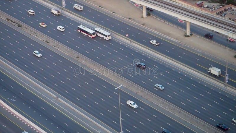 Τοπ κυκλοφορία πόλεων άποψης της εθνικής οδού και της γέφυρας απόθεμα Τοπ άποψη της εθνικής οδού με τα αυτοκίνητα στο Ντουμπάι στοκ φωτογραφίες