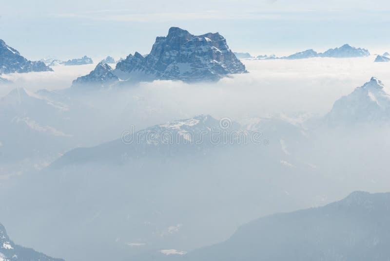 Τοπ μέγιστος λόφος βουνών επάνω από τα σύννεφα και την κεραία ομίχλης στοκ φωτογραφίες με δικαίωμα ελεύθερης χρήσης