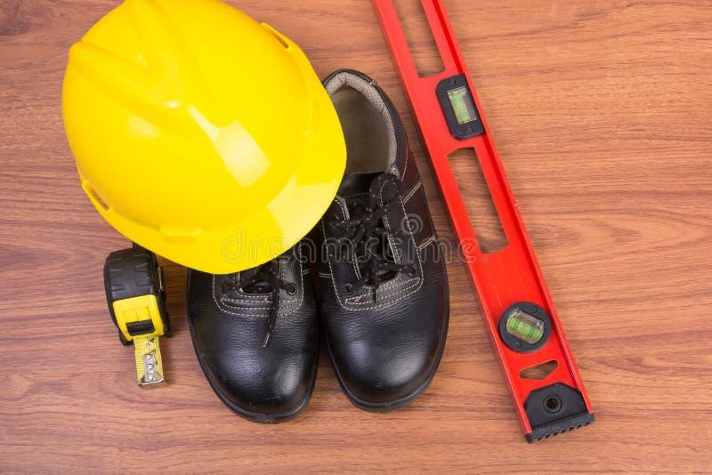 Τοπ παπούτσια ασφάλειας άποψης και σύνθεση των εργαλείων εργασίας στοκ εικόνες