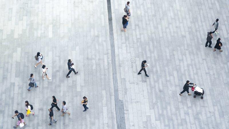 Τοπ πλήθος άποψης του περιπάτου ανθρώπων στον πεζό επιχειρησιακών οδών στο γ στοκ φωτογραφία με δικαίωμα ελεύθερης χρήσης