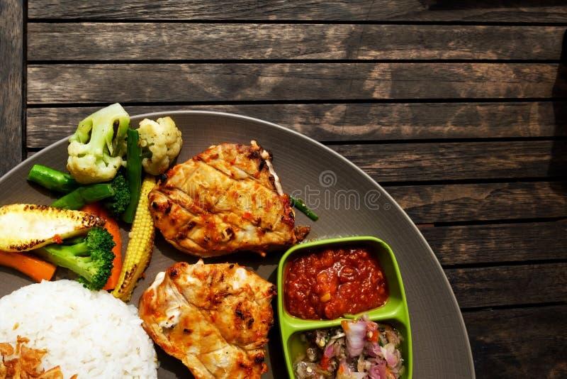 Τοπ ρύζι ψαριών άποψης και λαχανικά, δημοφιλή ινδικά θαλασσινά πιάτων φιαγμένα από barracuda ψάρια που ψήνονται στη σχάρα με τα κ στοκ φωτογραφία με δικαίωμα ελεύθερης χρήσης