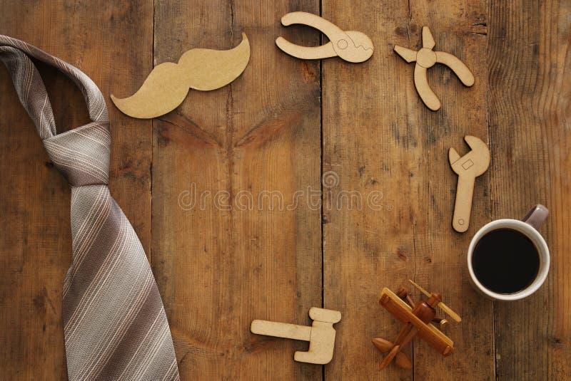 τοπ σύνθεση άποψης με τα ξύλινα εργαλεία μορφής, γραβάτα, φλιτζάνι του καφέ Father& x27 έννοια ημέρας του s στοκ φωτογραφίες με δικαίωμα ελεύθερης χρήσης