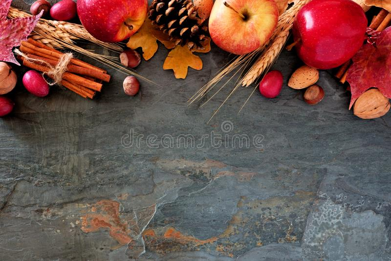 Τοπ σύνορα φθινοπώρου των μήλων, των τροφίμων πτώσης & του ντεκόρ στη σκοτεινή πέτρα στοκ φωτογραφία με δικαίωμα ελεύθερης χρήσης