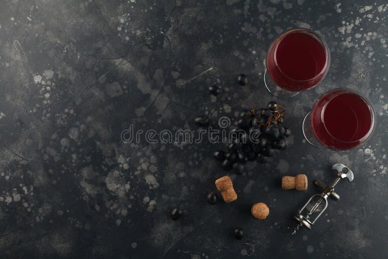 Τοπ υπόβαθρο άποψης κρασιού Κόκκινο κρασί goblets γυαλιού με ένα ανοιχτήρι στοκ εικόνες