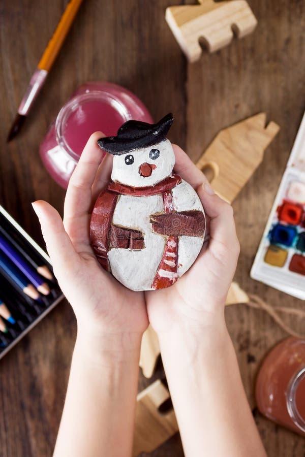 Τοπ χέρια παιδιών ` s άποψης που κρατούν το εκλεκτής ποιότητας παιχνίδι Χριστουγέννων στοκ εικόνες με δικαίωμα ελεύθερης χρήσης