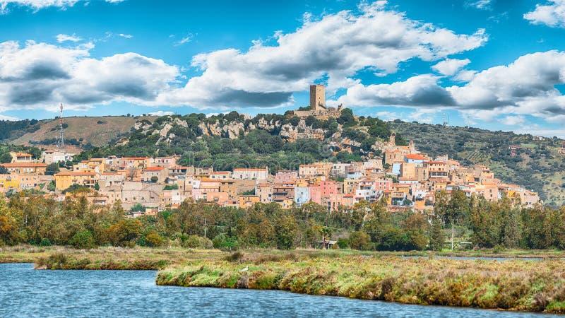 Τοπ χωριό λόφων Posada- όμορφο στη Σαρδηνία με το della Fava Castello στην κορυφή στοκ φωτογραφία