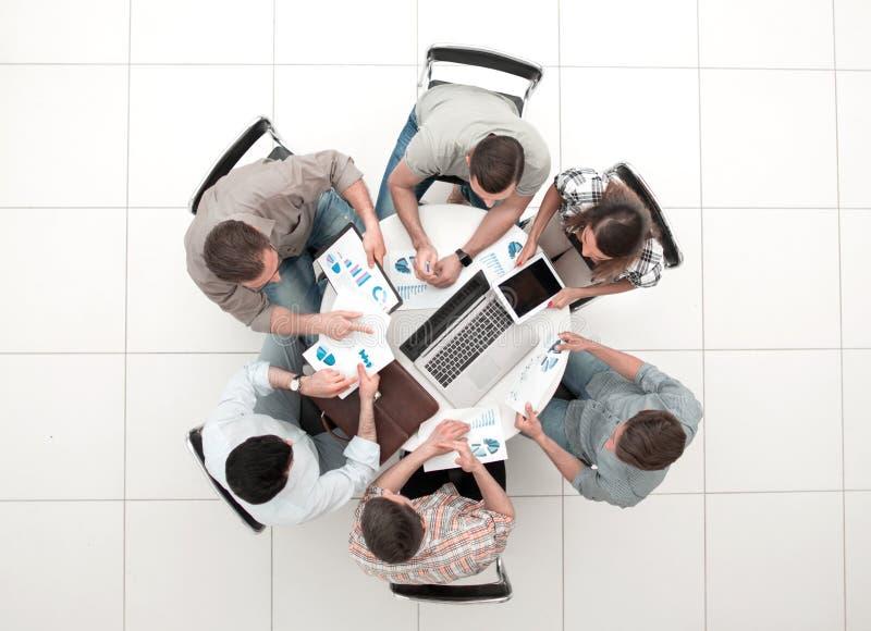Τοπ όψη επιχειρησιακή ομάδα που συζητά τα οικονομικά ζητήματα στοκ εικόνες