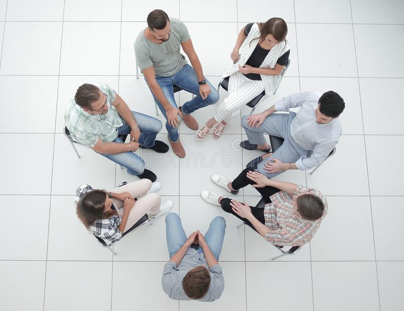 Τοπ όψη επιχειρησιακή ομάδα που συζητά τα τρέχοντα ζητήματα στοκ εικόνα