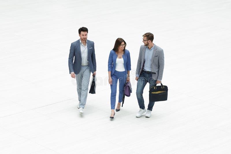 Τοπ όψη τρεις σύγχρονοι επιχειρηματίες στοκ εικόνα με δικαίωμα ελεύθερης χρήσης