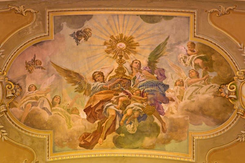 ΤΟΡΙΝΟ, ΙΤΑΛΙΑ - 13 ΜΑΡΤΊΟΥ 2017: Η νωπογραφία της της Θείας Ευχαριστίας λατρείας των αγγέλων στο ανώτατο όριο της εκκλησίας Chie στοκ εικόνες με δικαίωμα ελεύθερης χρήσης