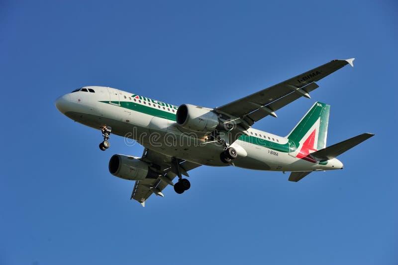 ΤΟΡΙΝΟ - 7 Νοεμβρίου 2015 - το arrivin αεροπλάνων Alitalia ι-BIMA στοκ φωτογραφία με δικαίωμα ελεύθερης χρήσης