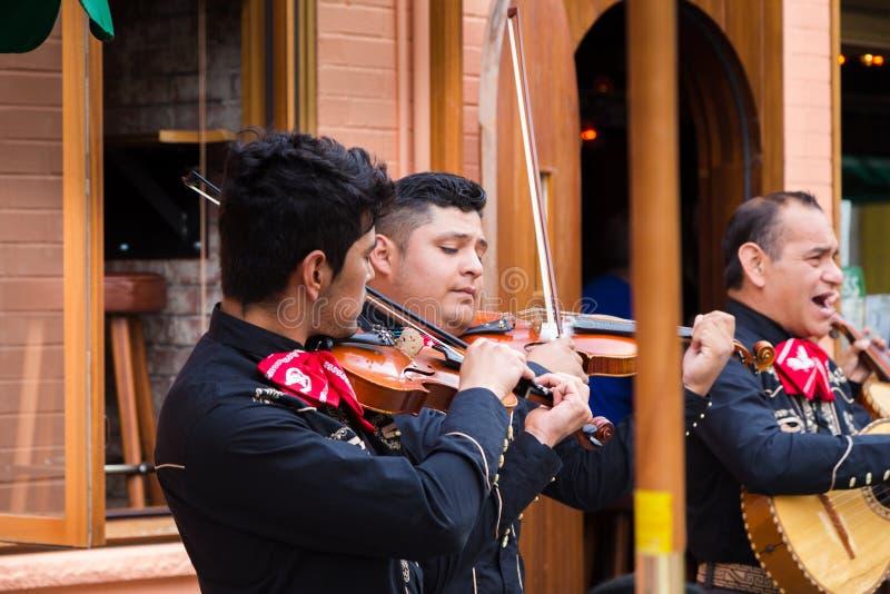 ΤΟΡΟΝΤΟ, ΕΠΑΝΩ, ΚΑΝΑΔΑΣ - 29 ΙΟΥΛΊΟΥ 2018: Παιχνίδια mariachi ζωνών μπροστά από ένα πλήθος στη δονούμενη Kensington αγορά του Τορ στοκ φωτογραφίες