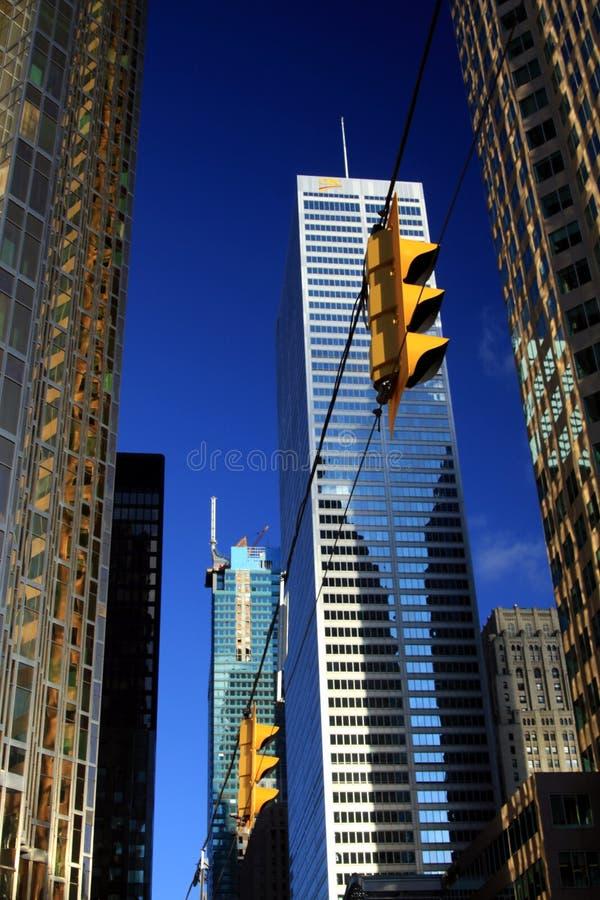 ΤΟΡΟΝΤΟ, ΚΑΝΑΔΑΣ - 8 ΙΑΝΟΥΑΡΊΟΥ 2012: Ουρανοξύστες στο κεντρικό Τορόντο ενάντια στο μπλε ουρανό με τους φωτεινούς σηματοδότες στοκ εικόνα με δικαίωμα ελεύθερης χρήσης