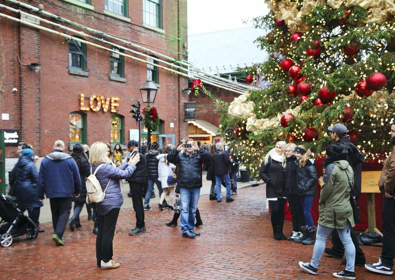 ΤΟΡΟΝΤΟ, ΚΑΝΑΔΑΣ - 18 ΝΟΕΜΒΡΊΟΥ 2017: Οι άνθρωποι επισκέπτονται την αγορά Χριστουγέννων στην ιστορική περιοχή οινοπνευματοποιιών, στοκ φωτογραφία με δικαίωμα ελεύθερης χρήσης