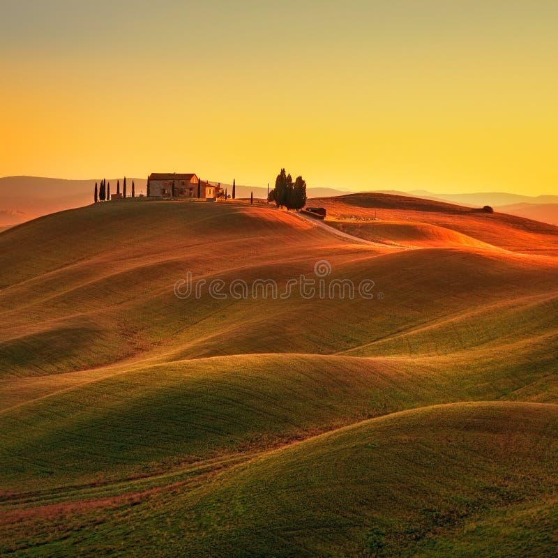 Τοσκάνη, αγροτικό τοπίο ηλιοβασιλέματος Κυλώντας λόφοι, αγρόκτημα επαρχίας στοκ φωτογραφία