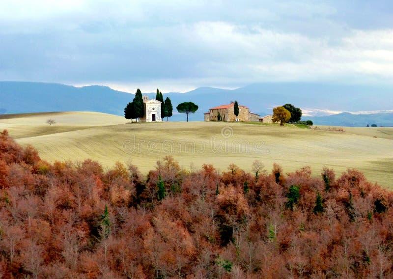 Τοσκάνη, Maremma, άποψη της Tuscan επαρχίας και του παρεκκλησιού της κυρίας Vitaleta μας, SAN Quirico δ ` Orcia στοκ εικόνες