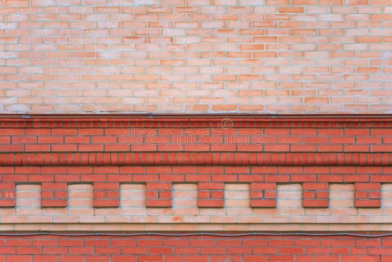 Τουβλότοιχος με το διακοσμητικό γείσο στοκ φωτογραφία με δικαίωμα ελεύθερης χρήσης