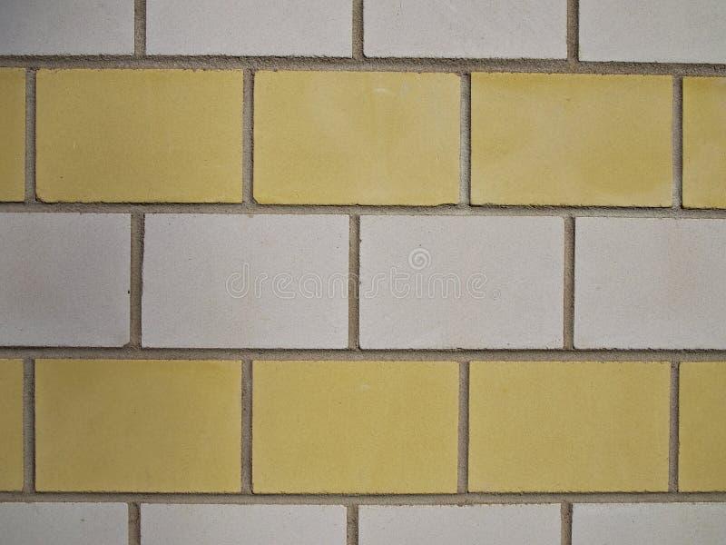 Τουβλότοιχος με τα κίτρινα και άσπρα τούβλα στοκ φωτογραφίες