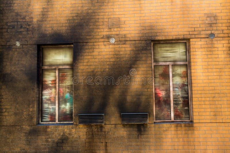 Τουβλότοιχος Grunge με το παράθυρο στοκ εικόνες