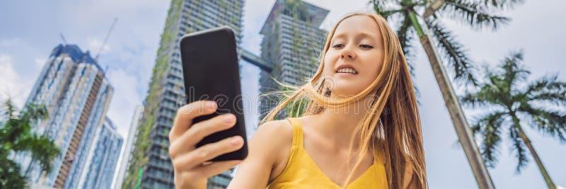 Τουρίστας γυναικών που χρησιμοποιεί τη ναυσιπλοΐα app στο κινητό τηλέφωνο Χάρτης ναυσιπλοΐας σε ένα smartphone σε ένα μεγάλο ΕΜΒΛ στοκ φωτογραφία με δικαίωμα ελεύθερης χρήσης