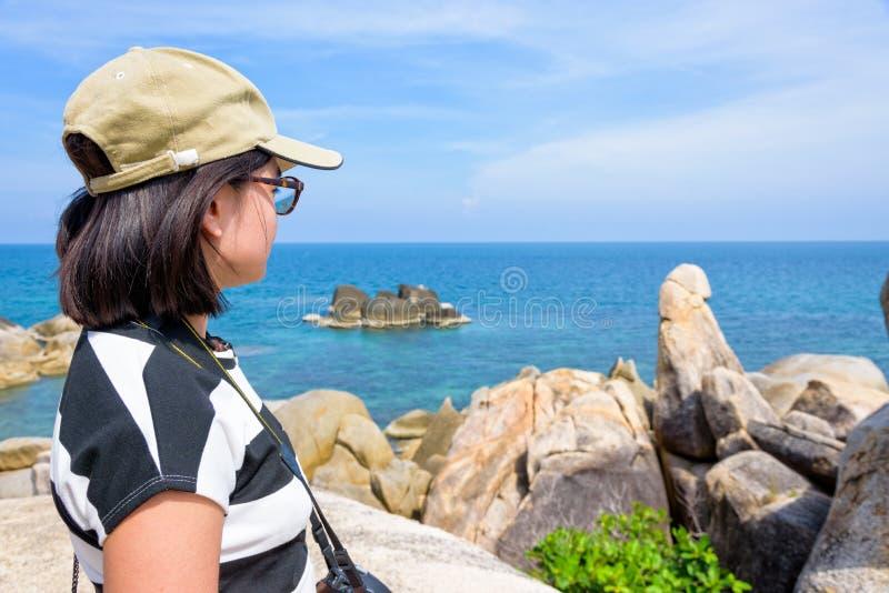 Τουρίστας γυναικών στην άποψη Koh Samui στοκ εικόνα