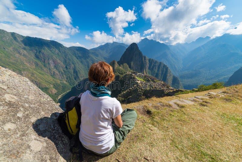 Τουρίστας που εξετάζει Machu Picchu άνωθεν, Περού στοκ εικόνα