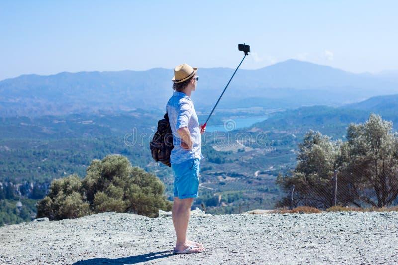 Τουρίστας που κάνει selfie στα πλαίσια του όμορφου τοπίου στοκ εικόνες με δικαίωμα ελεύθερης χρήσης