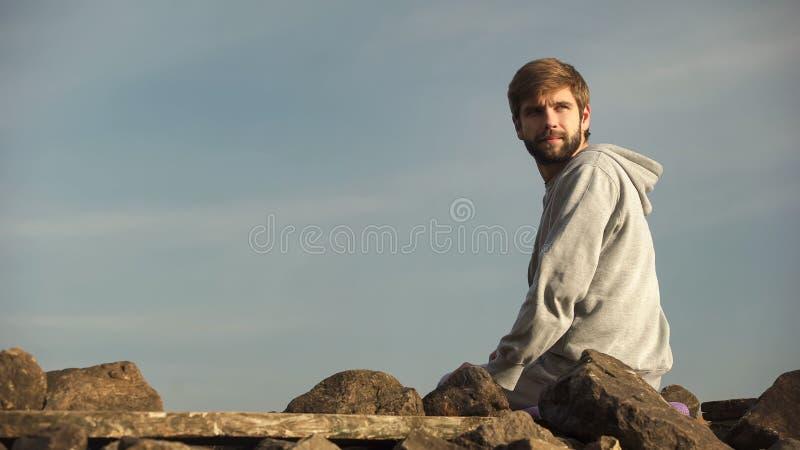 Τουρίστας που κοιτάζει πέρα από τα τοπία στη γραφική θέση, που απολαμβάνει τη φύση, μοναξιά στοκ φωτογραφία