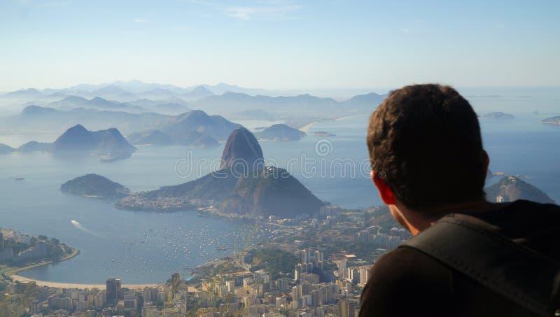 Τουρίστας που κοιτάζει στο βουνό φραντζολών λιμανιών και ζάχαρης του Ρίο από Corcovado στο Ρίο ντε Τζανέιρο, Βραζιλία στοκ εικόνες με δικαίωμα ελεύθερης χρήσης