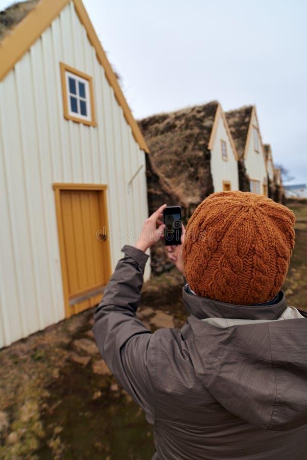 Τουρίστας που παίρνει την εικόνα της ιστορικής αγροικίας στοκ φωτογραφία