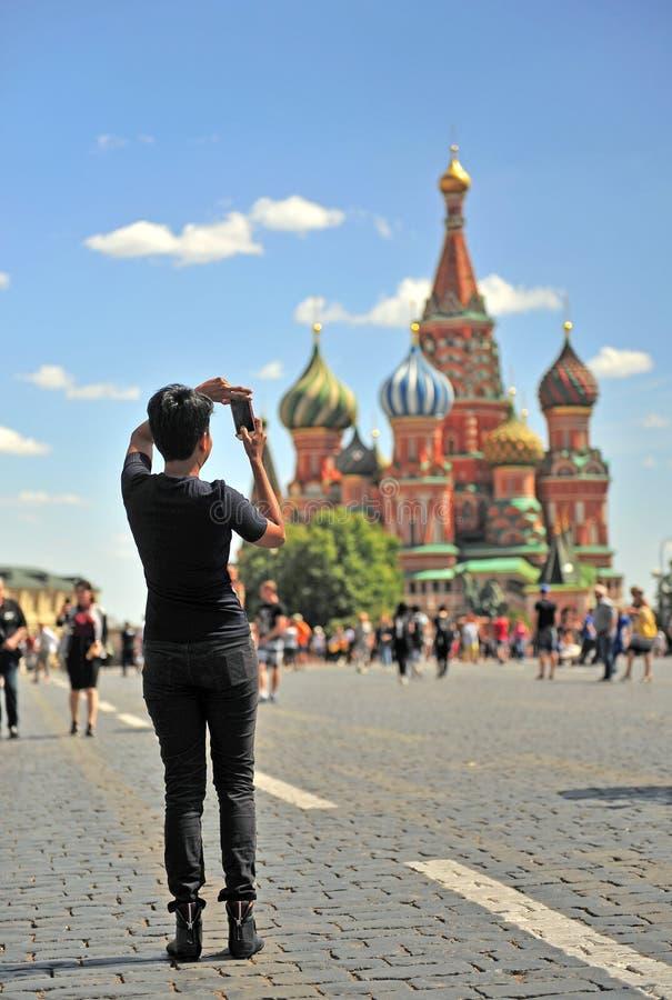 Τουρίστας που παίρνει τη φωτογραφία του καθεδρικού ναού της Μόσχας στην κόκκινη πλατεία, Mosc στοκ εικόνα με δικαίωμα ελεύθερης χρήσης
