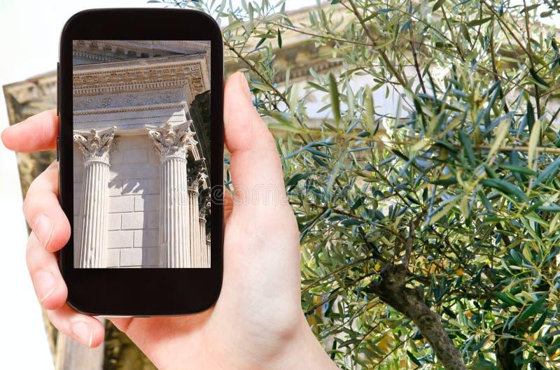 Τουρίστας που παίρνει τη φωτογραφία του ναού Maison Carree στοκ εικόνες