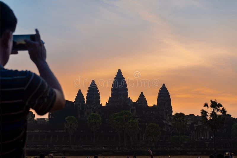 Τουρίστας που παίρνει τη φωτογραφία Angkor Wat στην ανατολή στοκ εικόνες με δικαίωμα ελεύθερης χρήσης