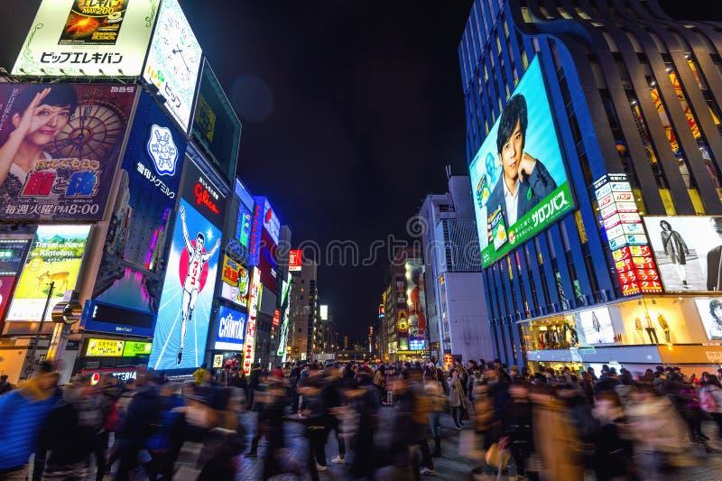 Τουρίστας που περπατά στην οδό αγορών νύχτας σε Dotonbori στην Οζάκα, Ιαπωνία στοκ φωτογραφίες