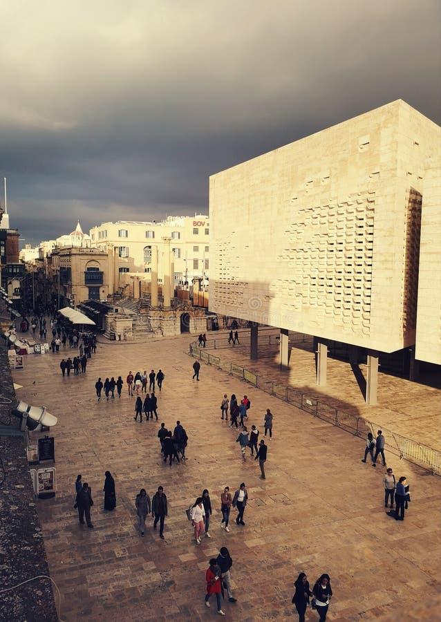 Τουρίστας που περπατά στο κεντρικό δρόμο Valletta, Μάλτα στοκ εικόνα με δικαίωμα ελεύθερης χρήσης
