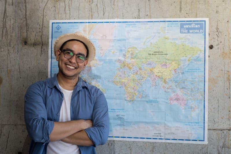 Τουρίστας που στέκεται με το worldmap στον τοίχο, σχέδια για το επόμενο destinati στοκ φωτογραφία με δικαίωμα ελεύθερης χρήσης