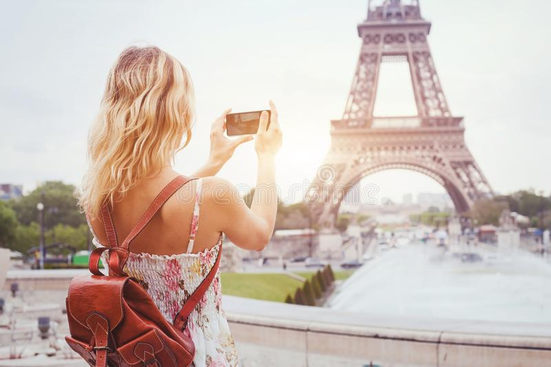 Τουρίστας στον πύργο του Άιφελ ορόσημων επίσκεψης του Παρισιού, που επισκέπτεται στη Γαλλία, κινητή φωτογραφία στο smartphone στοκ εικόνες