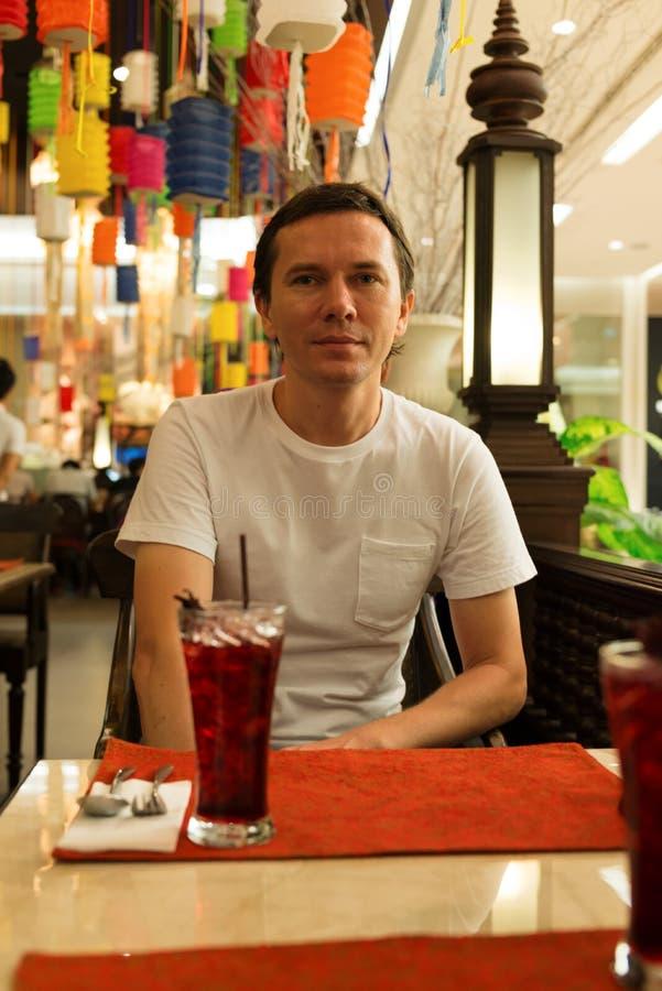 Τουρίστας στο εστιατόριο στοκ εικόνες